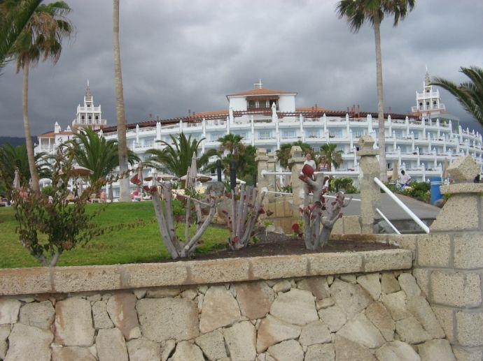 RIU Palace Teneriffa - Ansicht vom Strand her auf das Gelände