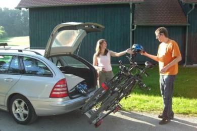 """Fahrradheckträger ermöglichen den sicheren und vorschriftsgemäßen Transport der Fahrräder. Bei vielen Modellen, wie beispielsweise dem """"aluline"""", bleibt auch der Kofferraum zugänglich, da der Träger einfach weggeklappt werden kann."""