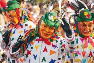 Die Narrenkostüme bestehen meistens aus einer holzgeschnitzten Gesichtsmaske und einem handgearbeiteten Narrenkleid.