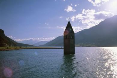 Aktiv und genussvoll wandern in Südtirol: vom Reschensee hinunter ins Vinschgau.