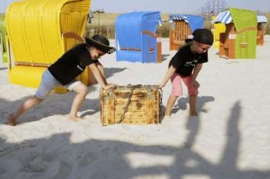 """Im Sand nach Fischsockes Beute buddeln, das Piratenschiff erforschen oder mit Capitano Olé auf Schatzsuche gehen: Im Sommer wird der """"Friesenstrand"""" zum Piratenstrand."""