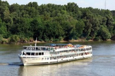 Die 106 Meter lange MS Wolga umfasst 80 Kabinen und bietet ihren Gästen unter anderem Sonnendeck, Swimmingpool und Panoramarestaurant.