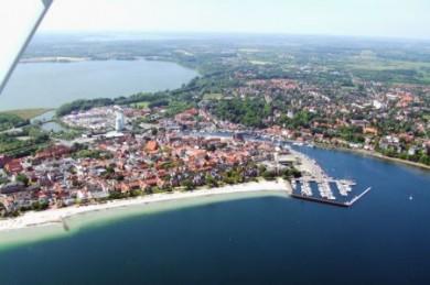 Feinster Sandstrand, ein romantischer Hafen und eine lebendige, quirlige Altstadt machen den Reiz des Ostseebads Eckernförde aus.