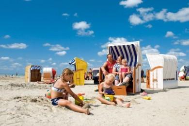 Kinder lieben es, in den Ferien Sandburgen an der Nordsee zu bauen.