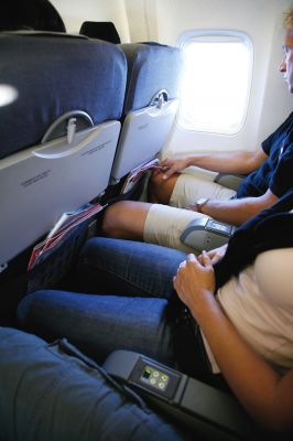 Mit Reise-Kniestrümpfen können Menschen mit gesunden Venen das Thromboserisiko auf Reisen minimieren.