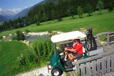 Golfen inmitten der traumhaften Kulisse der Dolomiten - im Pustertal gibt es dazu Gelegenheit.