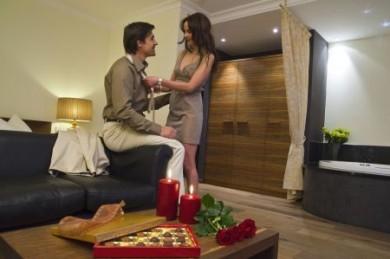 Die Suiten bieten mit einer Größe zwischen 40 und 55 Quadratmetern viel Platz. Mit ihren Formen und Farben sorgt die Ausstattung für ein sinnliches Flair.