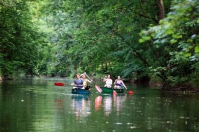 Die romantische Landschaft an der Tauber lässt sich bestens mit dem Kanu erkunden.