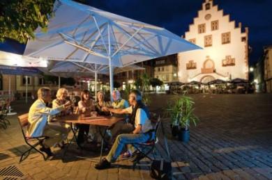 Der Marktplatz rund um das historische Rathaus ist ein Ort der Geselligkeit.