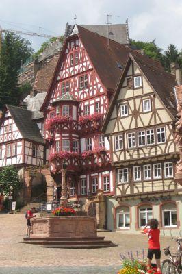 Entlang der Deutschen Fachwerkstraße warten mittelalterliche Städte wie das am Main gelegene Miltenberg darauf, entdeckt zu werden.