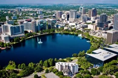 Der spektakulär gelegene Lake Eola mitten in Downtown Orlando.