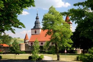 Die sehenswerte Kirchenburg in Ostheim vor der Rhön.