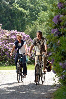 Mit dem Fahrrad durch eine blühende Parklandschaft - das ist Radurlaub im Ammerland.