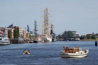 Seebären und Landratten zieht es in Wilhelmshaven an den Hafen, um große Pötte und stolze Segelyachten zu bestaunen.