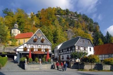 Blick auf den Berg Oybin inmitten des Zittauer Gebirges.