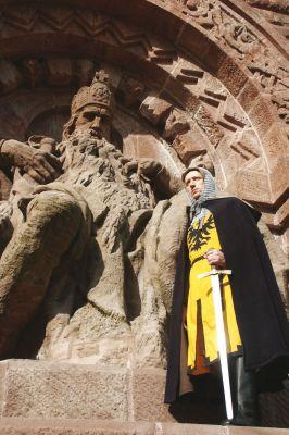 Am Kyffhäuser thront Kaiser Barbarossa - in Stein gehauen und sechseinhalb Meter hoch.
