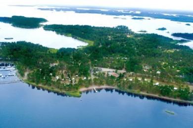 Camping in den schwedischen Regenbogen Camps. Im Kalmarsund vor Mönsterås liegt die kleine Insel Oknö inmitten der romantischen Schärenlandschaft.