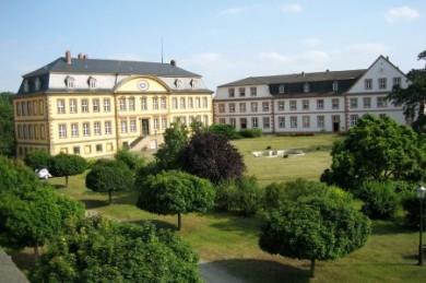 Die Bühne der Veranstaltung ist das idyllische Rittergut Dorstadt, wo den Darstellern eine Fläche von mehr als 20 Hektar zur Verfügung steht.