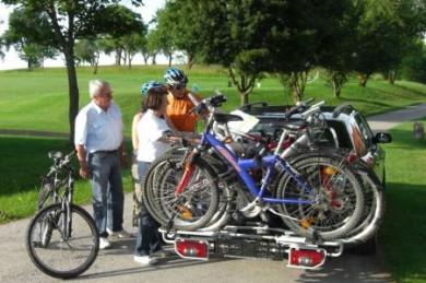 Ein Heck-Fahrradträger kann dank der stabilen Konstruktion bis zu vier Räder aufnehmen.