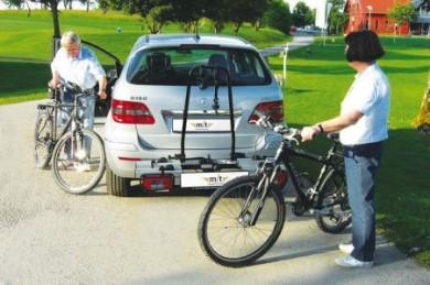 Sommer und Sonne genießen - und die eigenen Fahrräder sind dabei: Heckträger fürs Auto machen den Transport der Zweiräder einfach und sicher.