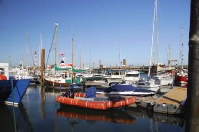 Am Lister Hafen kann man nicht nur zum obligatorischen Fischbrötchen einkehren, sondern auch die vielen kleinen und großen Schiffe beobachten, wenn sie auf das Meer hinausschippern.