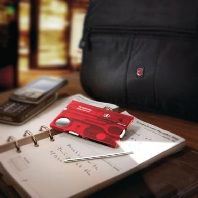 """Im Gepäck für Reisende können Helfer wie die """"Swiss Card"""" Schere, Pinzette und vieles mehr ersetzen - selbst ein Minikugelschreiber ist enthalten. Dank des kompakten Scheckkartenformats findet sich für den praktischen Helfer Platz in jedem Gepäck."""