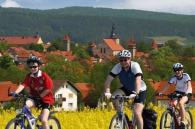 Über viele Kilometer verbindet ein Netz von Radfernwegen und regionalen Routen idyllische Flusstäler mit den ursprünglichen Höhenzügen der Rhön.