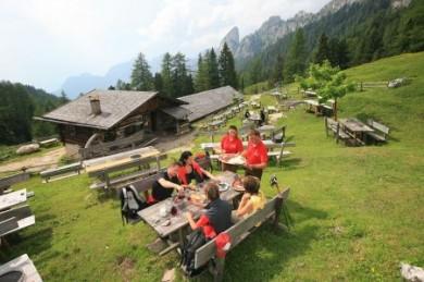 Urige Berghütten laden in der Region Rosengarten-Latemar zur geselligen Einkehr ein.