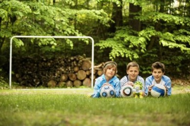 Fussballspielende Kinder.