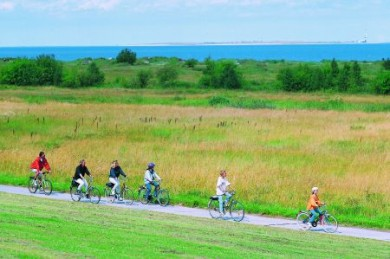 """Das Wangerland bietet nahezu ideale Voraussetzungen für alle Pedalritter. Wie überall in """"Plattdeutschland"""" gibt es kaum Steigungen, so dass sich auch ungeübte Radfahrer und Familien mit Kindern geeignete Touren zusammenstellen können."""