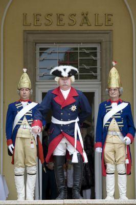 Stilecht in historischen Uniformen bevölkern Adelige und Fürsten ein Wochenende lang den traditionsreichen Urlaubsort Bad Pyrmont.