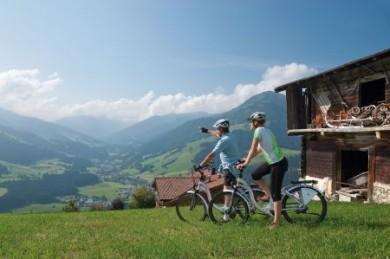 Mit dem E-Bike die Landschaft genießen, vorbei an urigen Almen, Gasthöfen und attraktiven Aussichtspunkten.