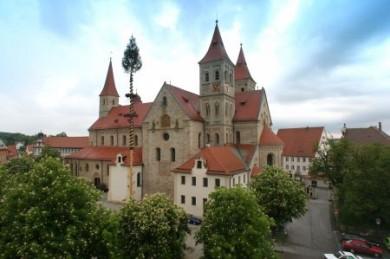Ellwangen ist bekannt für seine schönen Bau- und Kunstschätze. Die mächtige spätromanische Basilika St. Veit ist besonders beeindruckend.