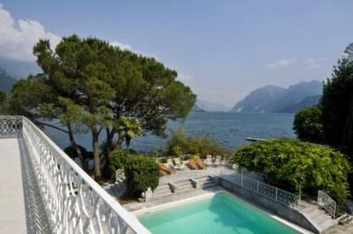 Azurblauer Pool und herrlicher Seeblick: So exklusiv lässt es sich in Italien urlauben.