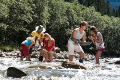 Der Goldbergbau im Raurisertal hat eine lange Tradition. Jeden Sommer können Schatzsucher an drei Goldwäscherplätzen ihr Glück probieren.
