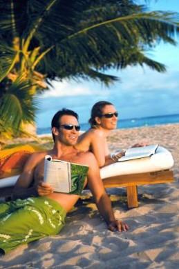 Sonnenbrillen mit so genanntem Bi-Gradientenspiegel blocken auch UV-Strahlen ab, die vom Strand oder Wasser reflektiert werden.
