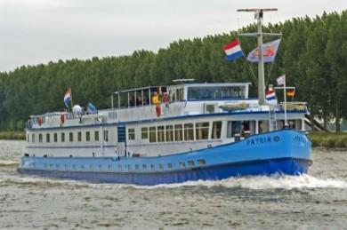 Fluss - Schiff mit Hotel